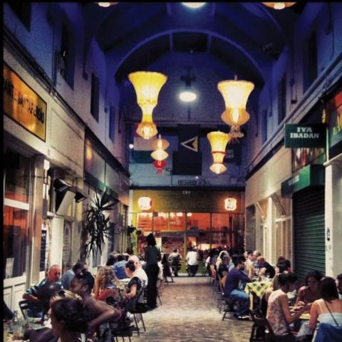 Exemple de marché de nuit : Brixton Indoor Market, Londres (Royaume-Uni)
